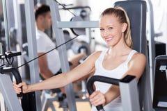 Paare, die an der Gymnastik trainieren stockfoto