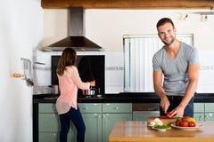 Paare, die in der inländischen Küche kochen lizenzfreie stockfotografie