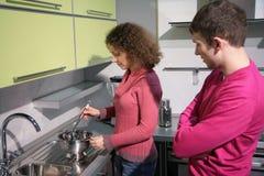 Paare, die in der Küche kochen Lizenzfreies Stockfoto