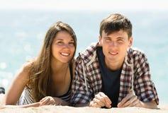 Paare, die an der Küste sich entspannen Stockbilder