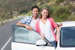 Paare, die an der Kamera lächeln Lizenzfreie Stockfotos