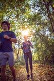 Paare, die an der Natur Eignung, dem Sport, dem Training und den lifes laufen lizenzfreies stockbild
