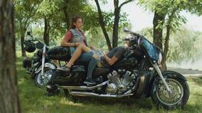 Paare, die in der Natur nach Motorradfahrt stillstehen stock video
