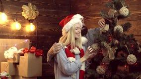 Paare, die in der Partei des neuen Jahres feiern Geschenke unter dem Weihnachtsbaum Frohe Weihnachten und guten Rutsch ins Neue J stock footage