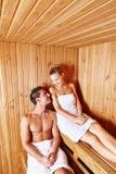 Paare, die in der Sauna des Badekurortes sich entspannen Stockbild