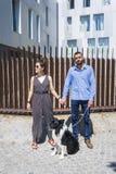 Paare, die in der Stadt mit Hund am asunny Tag stehen stockbilder