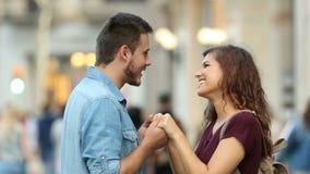 Paare, die in der Straße flirten stock video footage