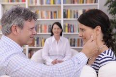 Paare, die an der Therapiesitzung bilden lizenzfreies stockfoto