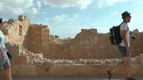 Paare, die in die alte Stadt der Ruinen gehen stock footage