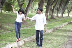 Paare, die in die Natur gehen Lizenzfreie Stockfotos
