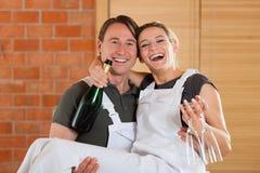 Paare, die in die neue erneuernde Wohnung sich bewegen Stockbilder