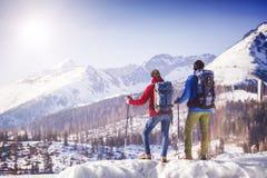 Paare, die draußen in der Winternatur wandern Lizenzfreies Stockfoto