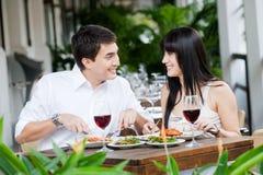 Paare, die draußen essen stockfotografie