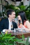 Paare, die draußen essen lizenzfreie stockfotos