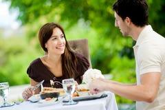 Paare, die draußen essen lizenzfreies stockbild