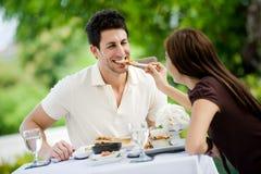 Paare, die draußen essen lizenzfreies stockfoto