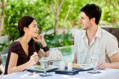 Paare, die draußen essen lizenzfreie stockbilder