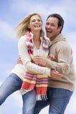 Paare, die draußen lächelnd stehen Stockfoto