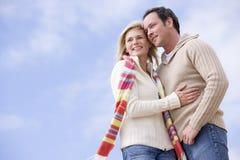 Paare, die draußen lächelnd stehen Stockbild