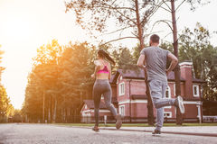 Paare, die draußen laufen stockbilder