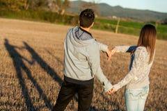Paare, die draußen Liebeszeichen mit den Armen machen. Stockfotografie