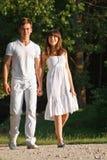 Paare, die draußen zusammen gehen lizenzfreie stockfotos