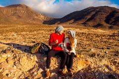 Paare, die draußen essen Stockfoto
