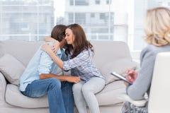 Paare, die durch Bruch in der Therapie-Sitzung erreichen Stockbild