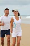 Paare, die durch das Meer trainieren Lizenzfreies Stockbild