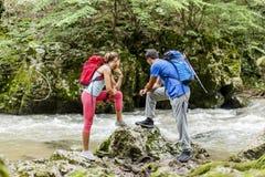 Paare, die durch den Fluss wandern Lizenzfreies Stockfoto