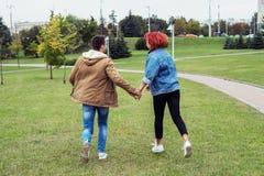 Paare, die durch den Park laufen Stockbild