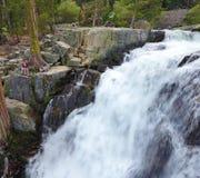 Paare, die durch Eagle Waterfalls in Lake Tahoe wandern Stockfotos