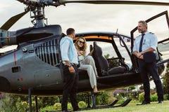 Paare, die durch einen privaten Hubschrauber reisen lizenzfreie stockbilder