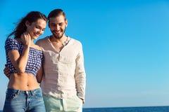 Paare, die durch Heron gehen Junge glückliche zwischen verschiedenen Rassen Paare, die auf Strand gehen Lizenzfreie Stockfotos