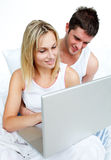 Paare, die durch Internet suchen Stockfoto