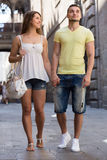 Paare, die durch Stadt gehen Stockfotos
