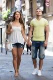 Paare, die durch Stadt gehen Stockfoto
