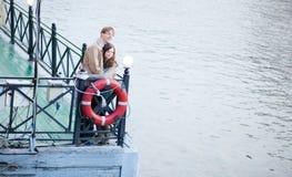 Paare, die ein Datum und ein Umarmen haben Lizenzfreies Stockbild