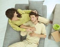 Paare, die ein Haus stillstehen Lizenzfreie Stockbilder