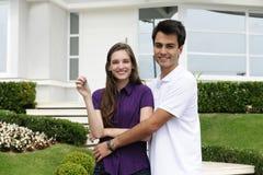 Paare, die ein neues Haus kaufen Lizenzfreie Stockfotos