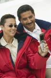 Paare, die ein Selbstporträt durch Handy nehmen Lizenzfreies Stockfoto
