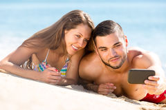 Paare, die ein selfie auf Strand machen Stockfotos