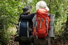 Paare, die ein Trekking anstreben lizenzfreies stockbild