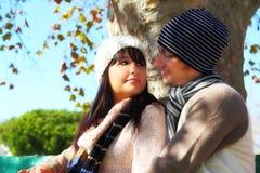 Paare, die einander auf Parkbank anstarren Stockbild