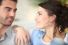 Paare, die einander betrachten Stockfotos