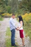 Paare, die einander und die Unterhaltung betrachten Lizenzfreie Stockfotografie