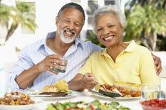 Paare, die eine Al-Fresko-Mahlzeit essen stockbild
