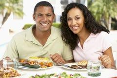 Paare, die eine Al-Fresko-Mahlzeit essen lizenzfreie stockbilder