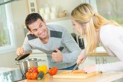 Paare, die eine Mahlzeit kochen lizenzfreie stockfotografie