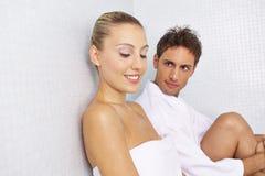 Paare, die eine Pause nach Saunasitzung machen stockfotografie
